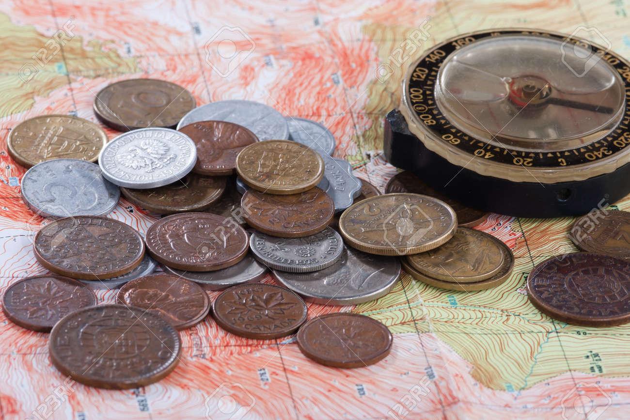 Alter Kompass Und Münzen Verschiedener Länder Auf Der Karte