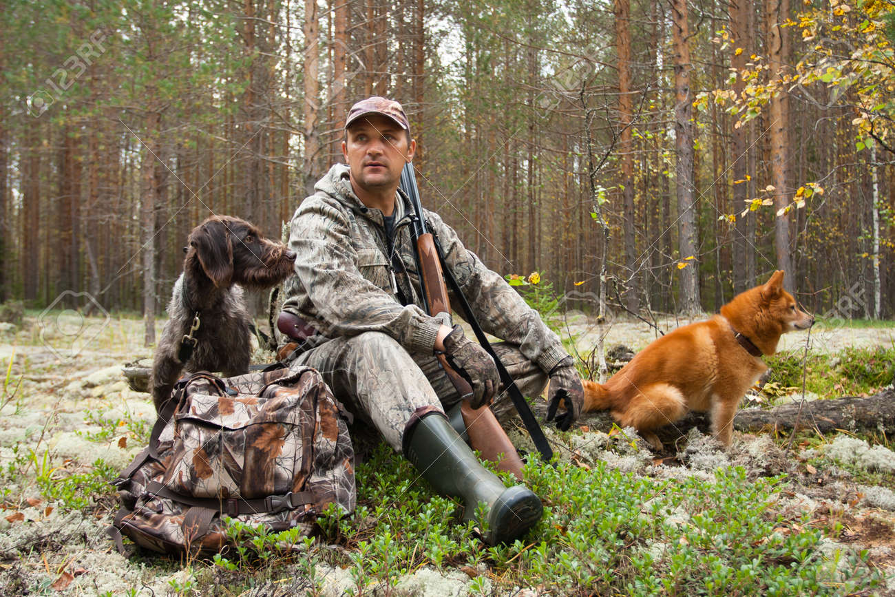 Lov na slikama i videu - Page 3 89315609-hunter-with-dogs-during-the-rest-on-autumn-hunting