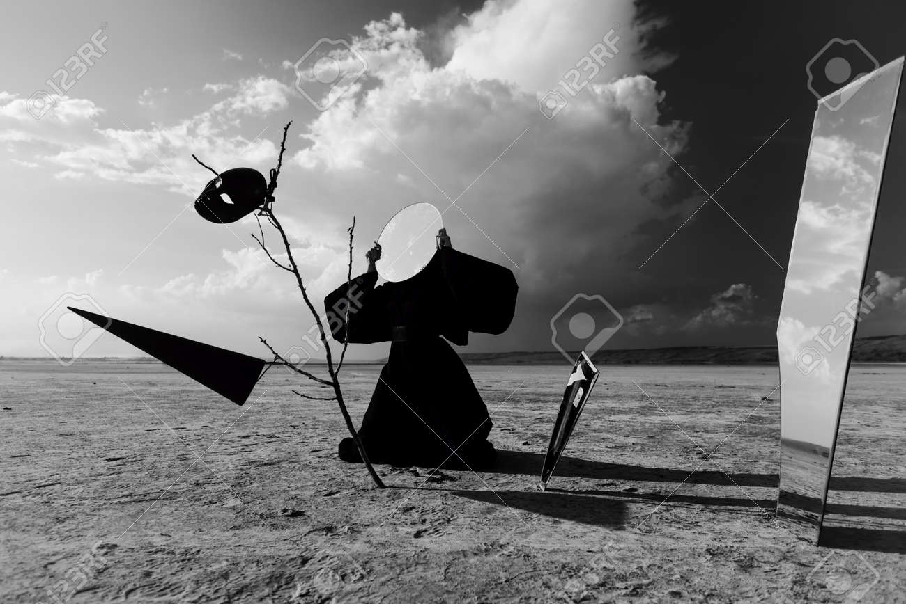 Protéger le Présent [Time Trap] [JL] 23955250-Strange-figure-in-black-cloak-with-the-mirror-face-in-desert-Artwork-Stock-Photo