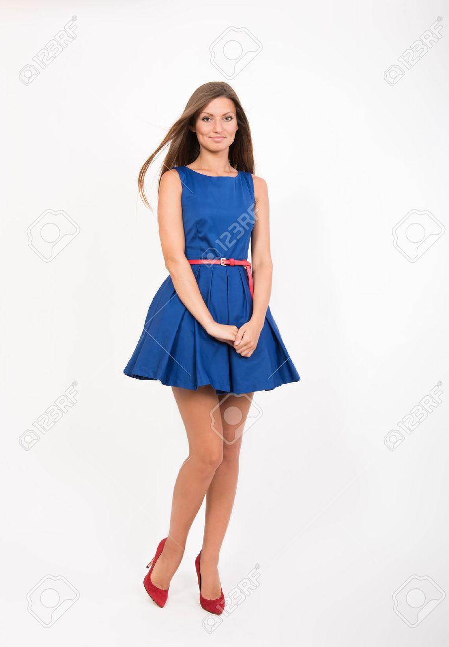 Vestido azul zapatos rojos