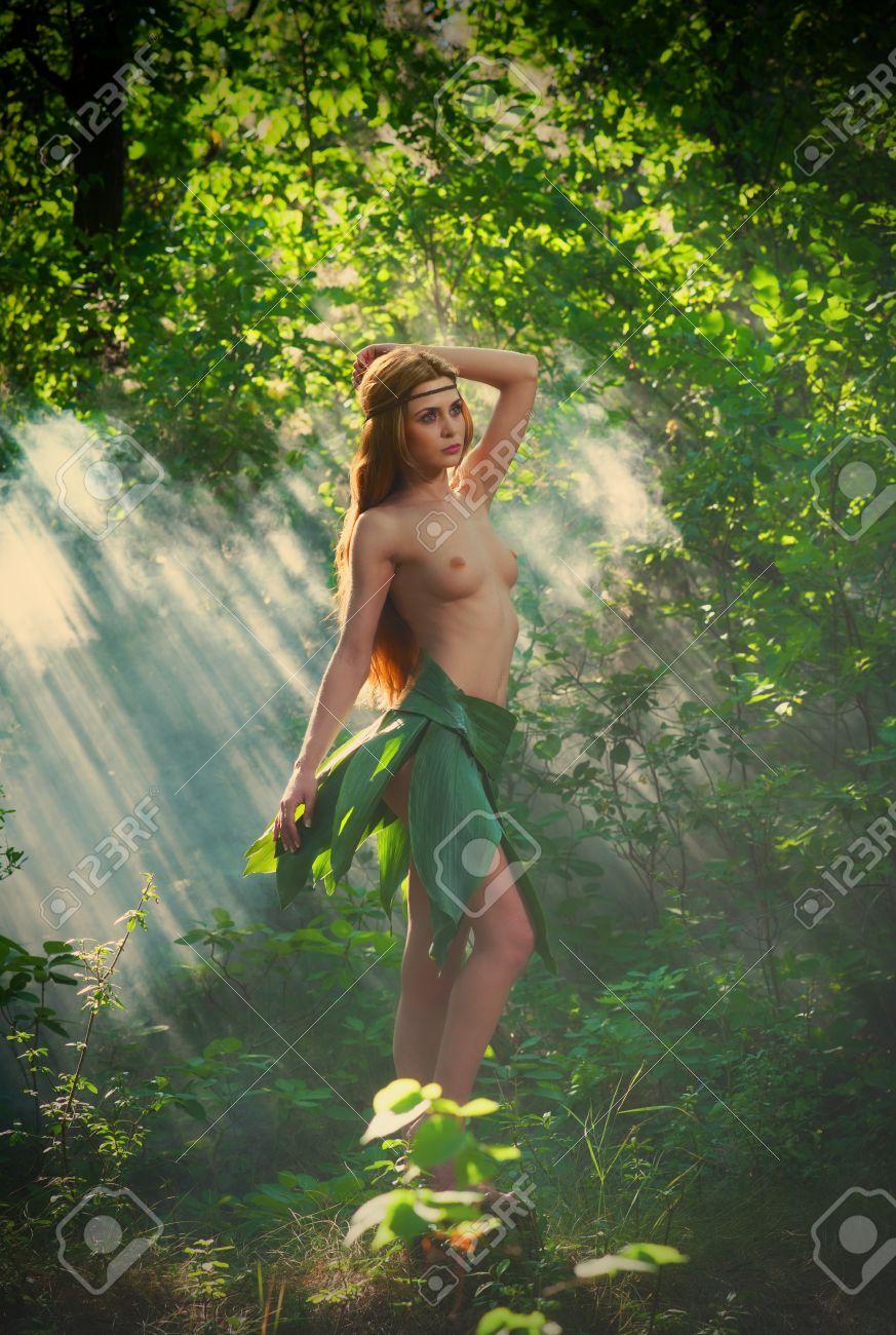 Wald im nackt mädchen Nackt Spaziergang