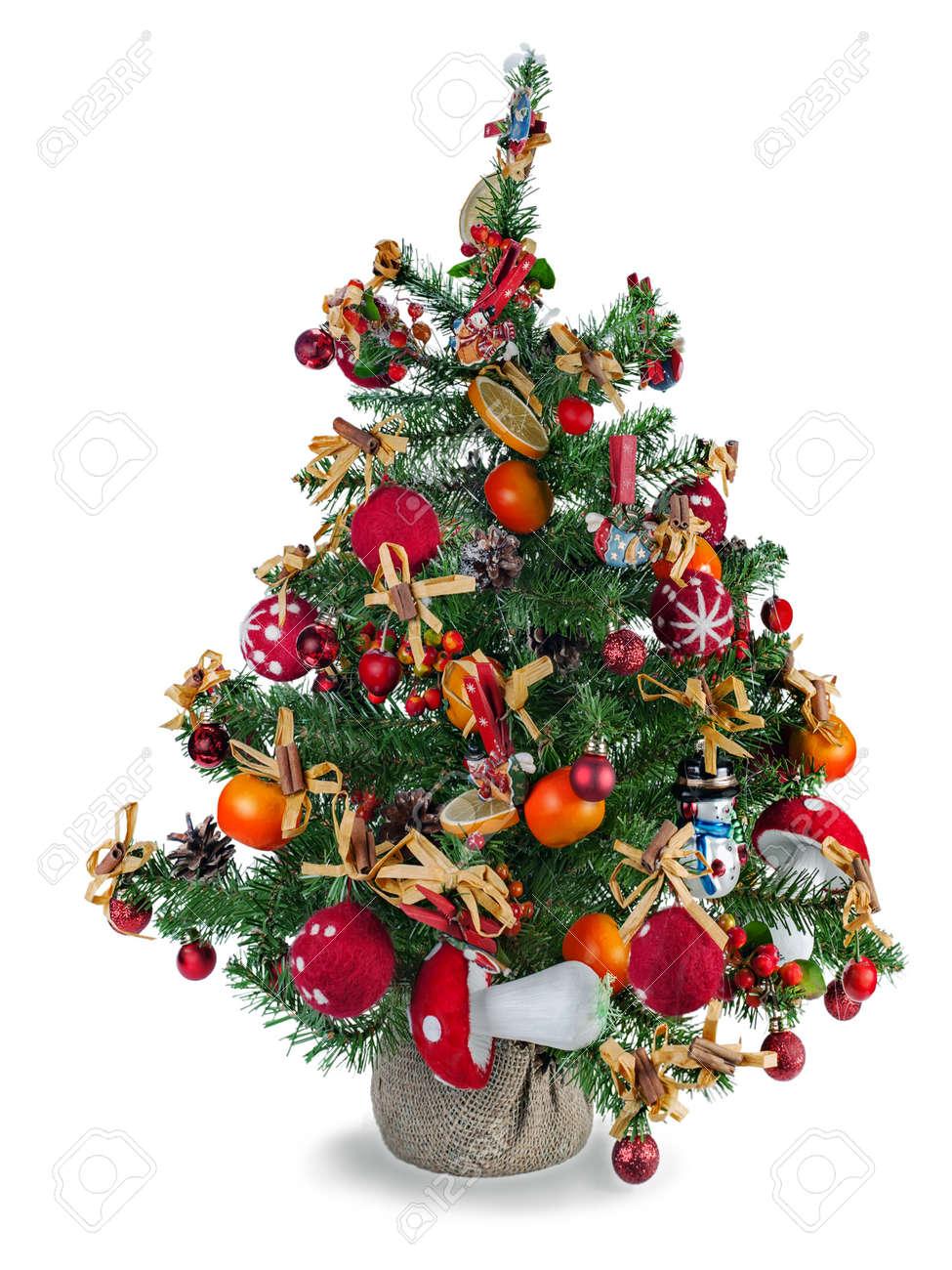 Le Sapin De Noël Sapin Décoré Avec Des Jouets Et Décorations De Noël Isolé Sur Fond Blanc