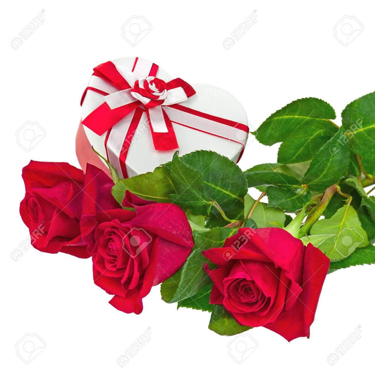 Coffret Cadeau En Forme De Coeur Et Bouquet De Roses Fleurs Isole