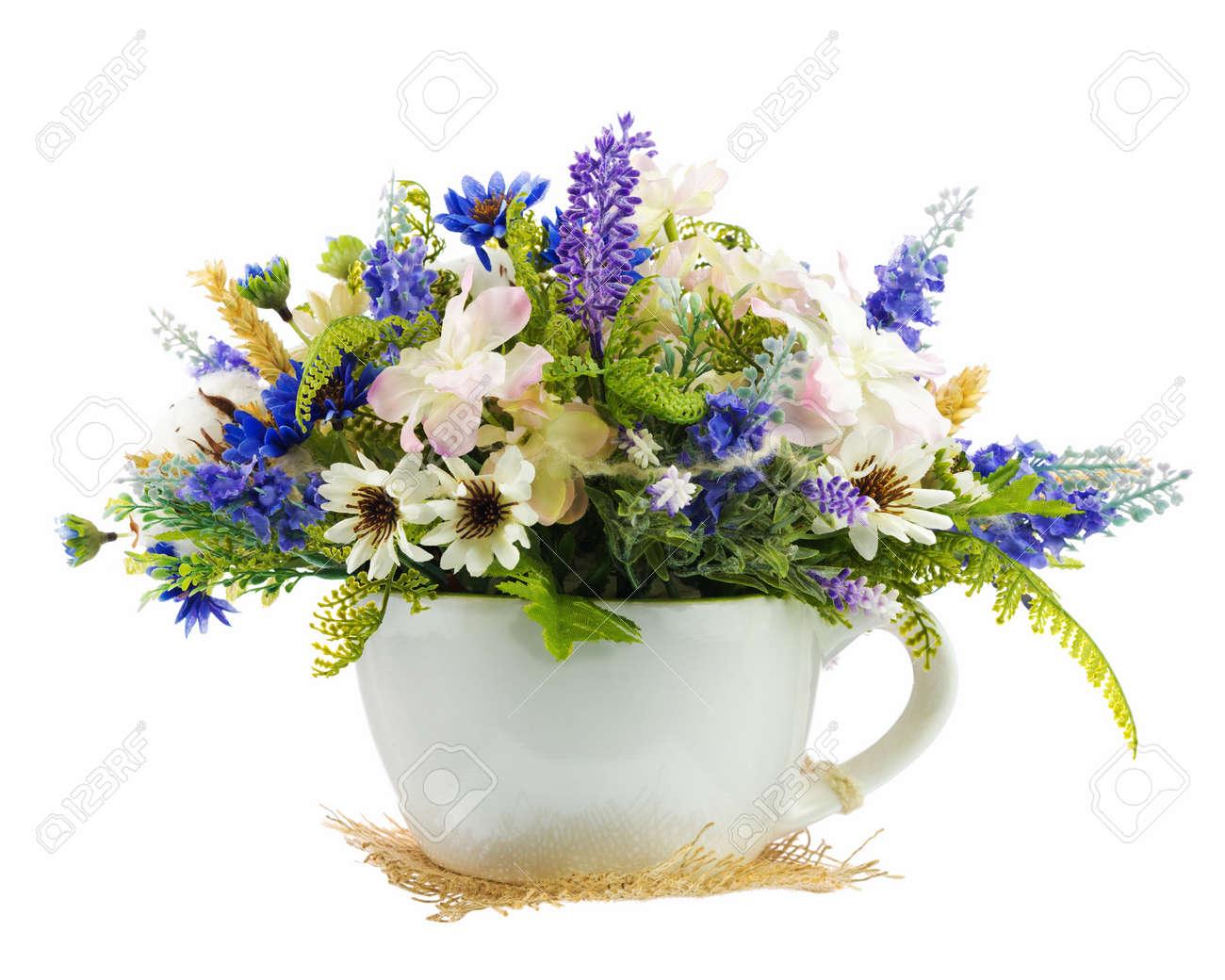 Tabla Arreglo Floral De Flores Artificiales Y Bolas De Algodones En El Florero De Cerámica Estilizada En Forma De Taza De Té Aislada En El Fondo