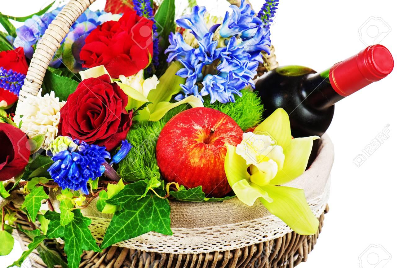 Arreglo Floral De Rosas Orquídeas Frutas Y Botella De Vino En La Cesta Aislada En El Fondo Blanco De Cerca