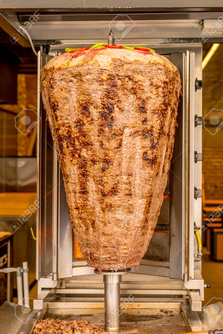 Escupida Shawarma De Turquía Cocinado En Un Café Del Verano Fotos ...