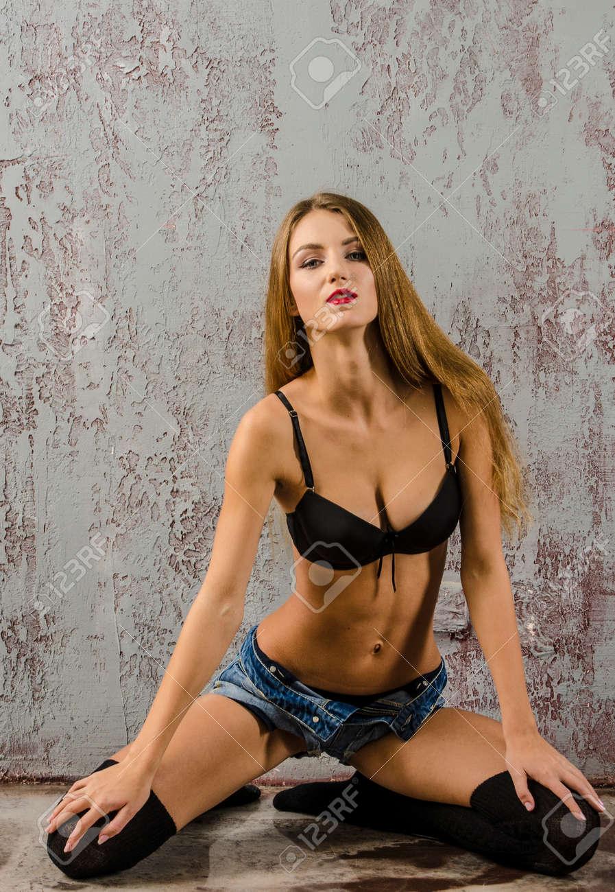 972ac4ad5 Banque d images - Belle fille se déshabillant en jeans et soutien-gorge belle  lingerie