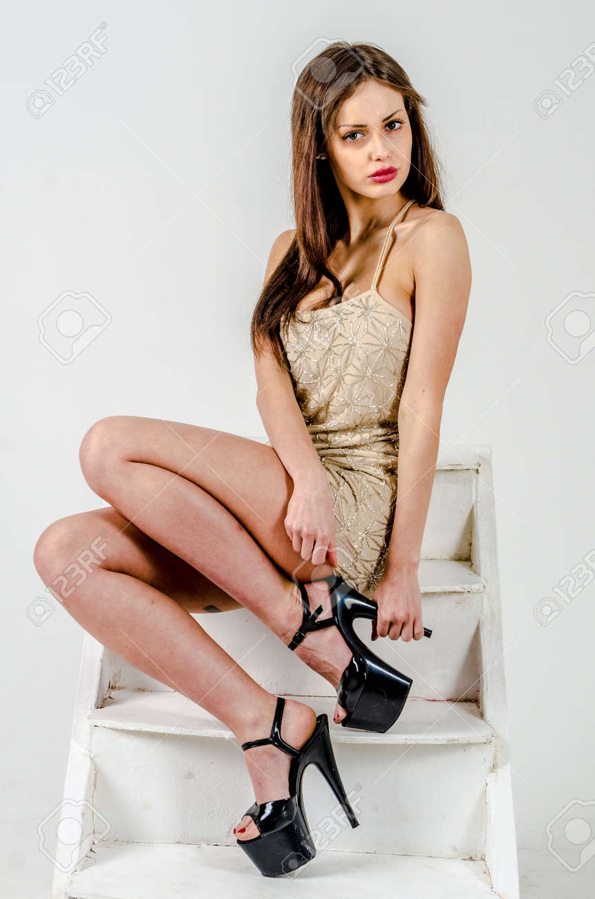 Junge Geht Mädchen Mit Einer Schönen Figur In Einem Modischen ...