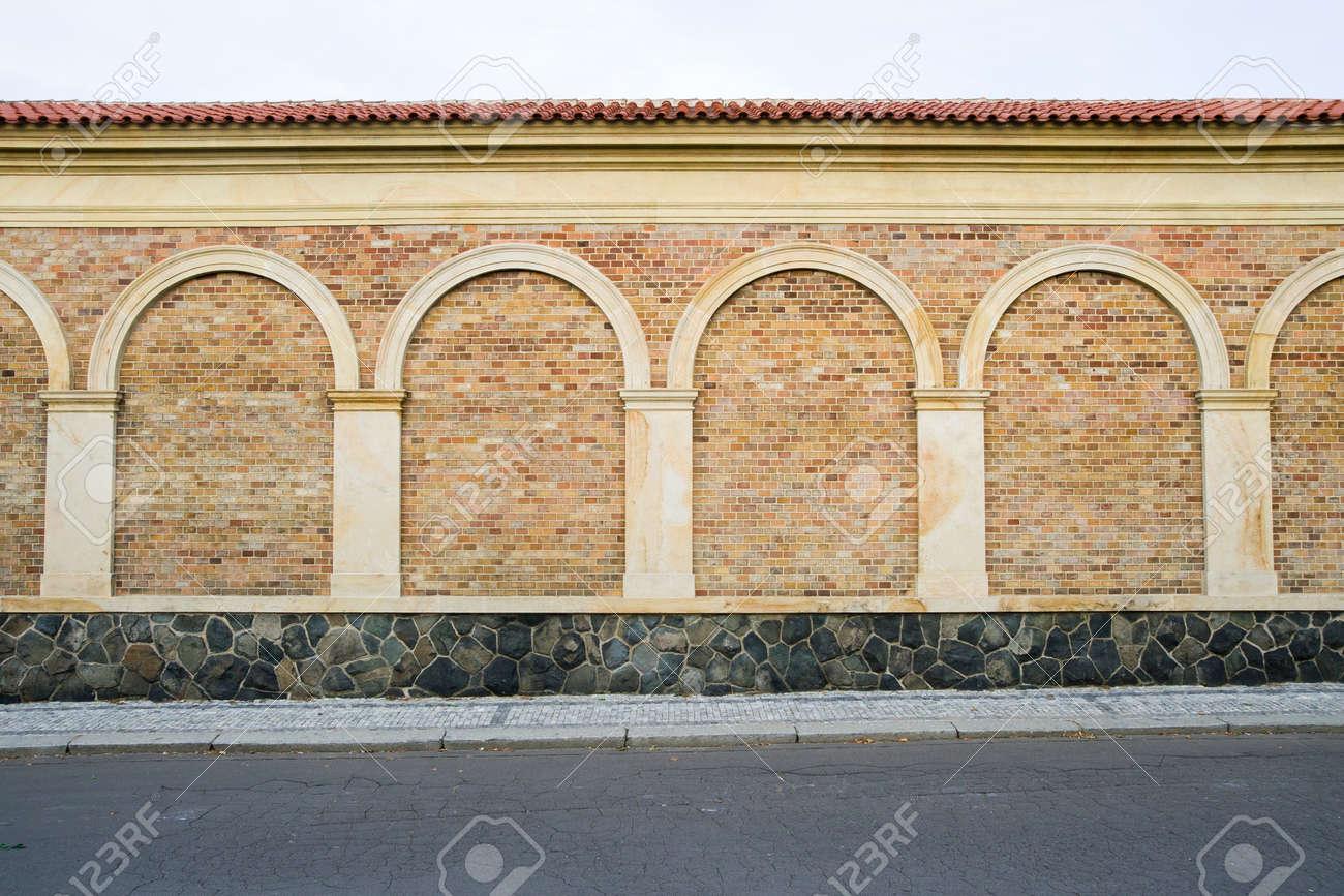 Muro Di Mattoni Decorativi Classici Con Colonne, Archi E Base Di ...