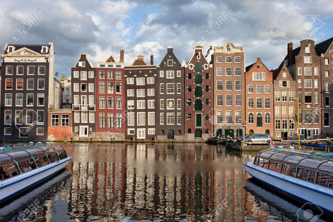 ciudad de amsterdam en la puesta de sol en holanda anexa casas histricas de estilo