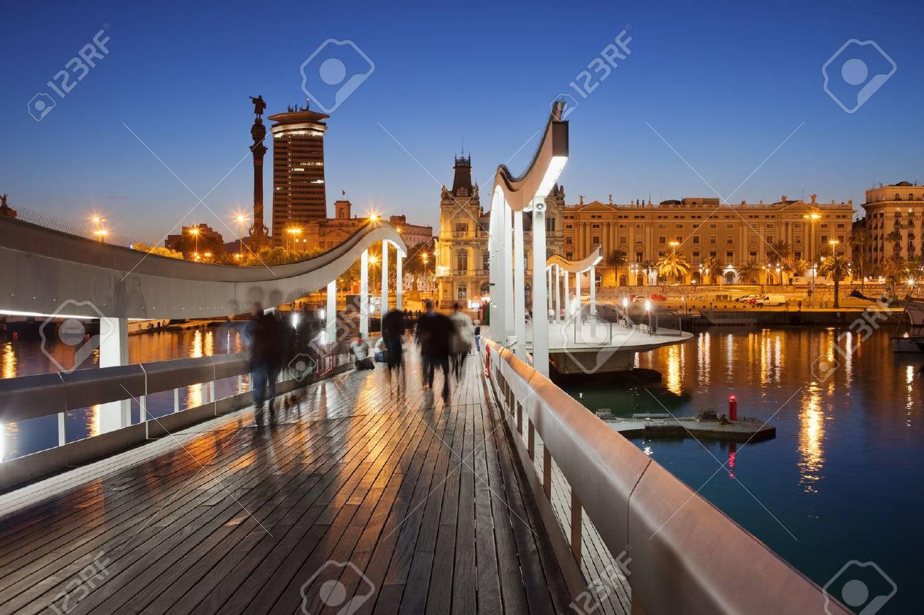 Rambla del Mar passerella di legno sopra Port Vell nella città di Barcellona durante la notte in Catalogna, Spagna. Archivio Fotografico - 29074085