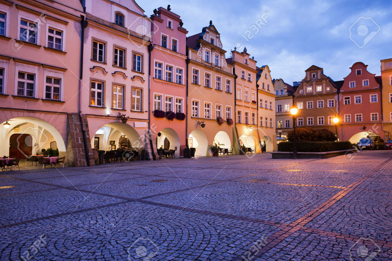 Voivodato Della Slesia Polonia città di jelenia gora in polonia, piazza della città vecchia di mercato con  case storiche capanna con arcate in serata, voivodato della slesia