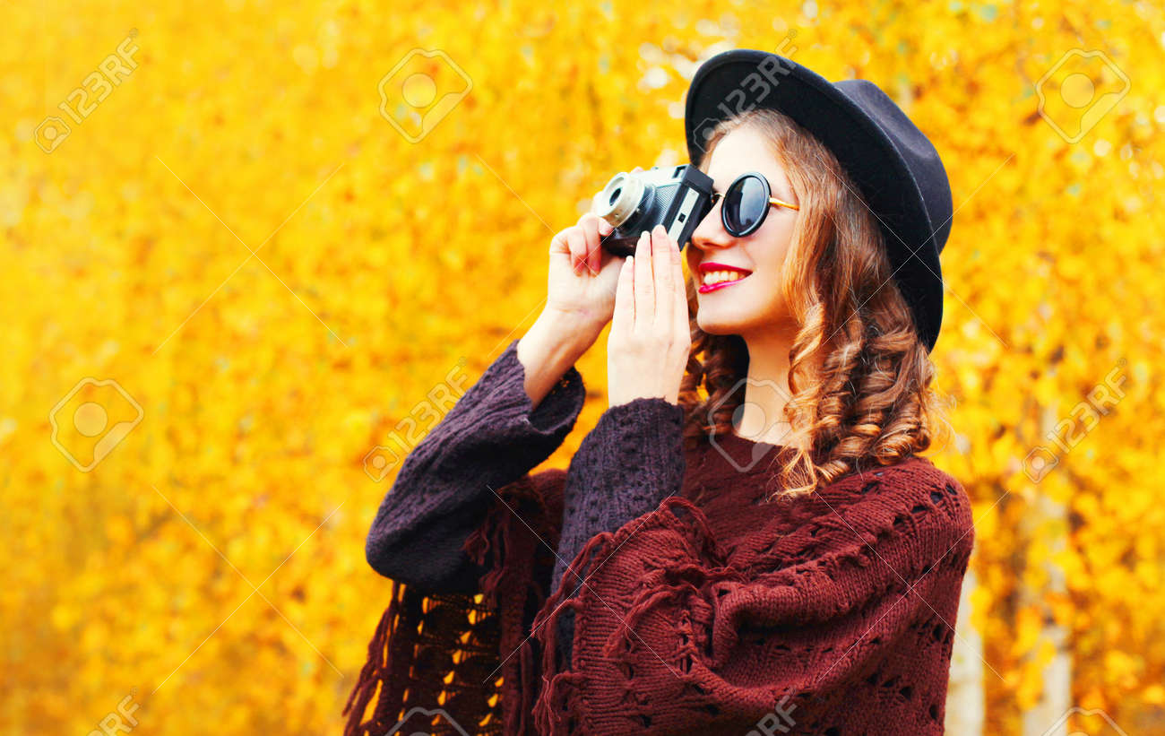 Mode Automne Femme Souriante Avec Appareil Photo Rétro En Chapeau ...