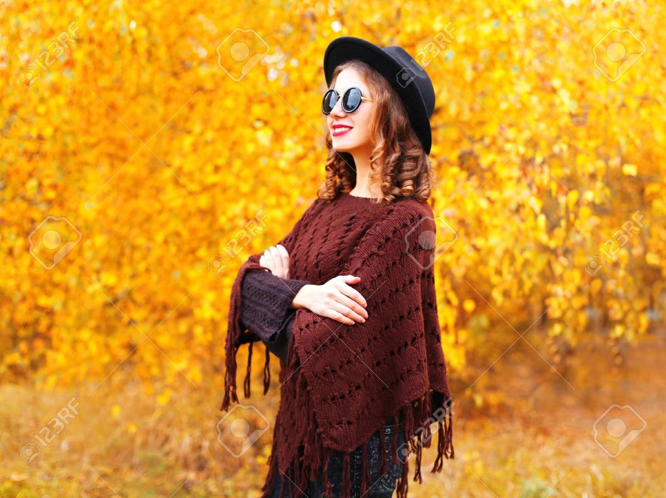 Mode Automne Femme Portant Un Chapeau Rond Noir Et Un Poncho Tricoté ...
