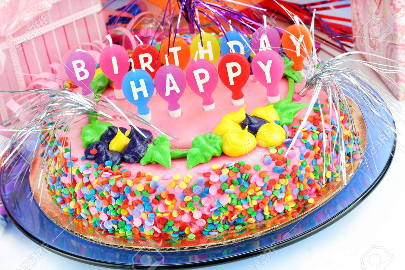 Schone Und Bunte Happy Birthday Cake Mit Geschenken Umgeben Festlich Geschmuckt Standard Bild