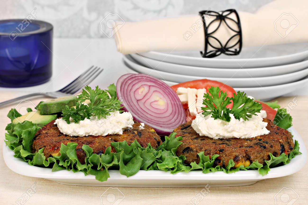 Zwei Schwarze Bohne Vegetarische Burger Gekront Mit Schlagziegenkase