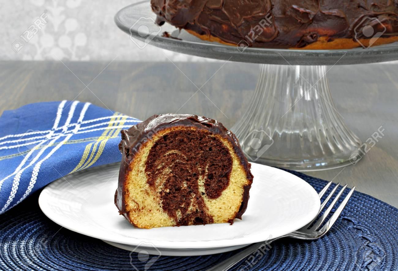 Ein Stuck Marmorierter Schokolade Und Vanille Kuchen Mit Schokolade