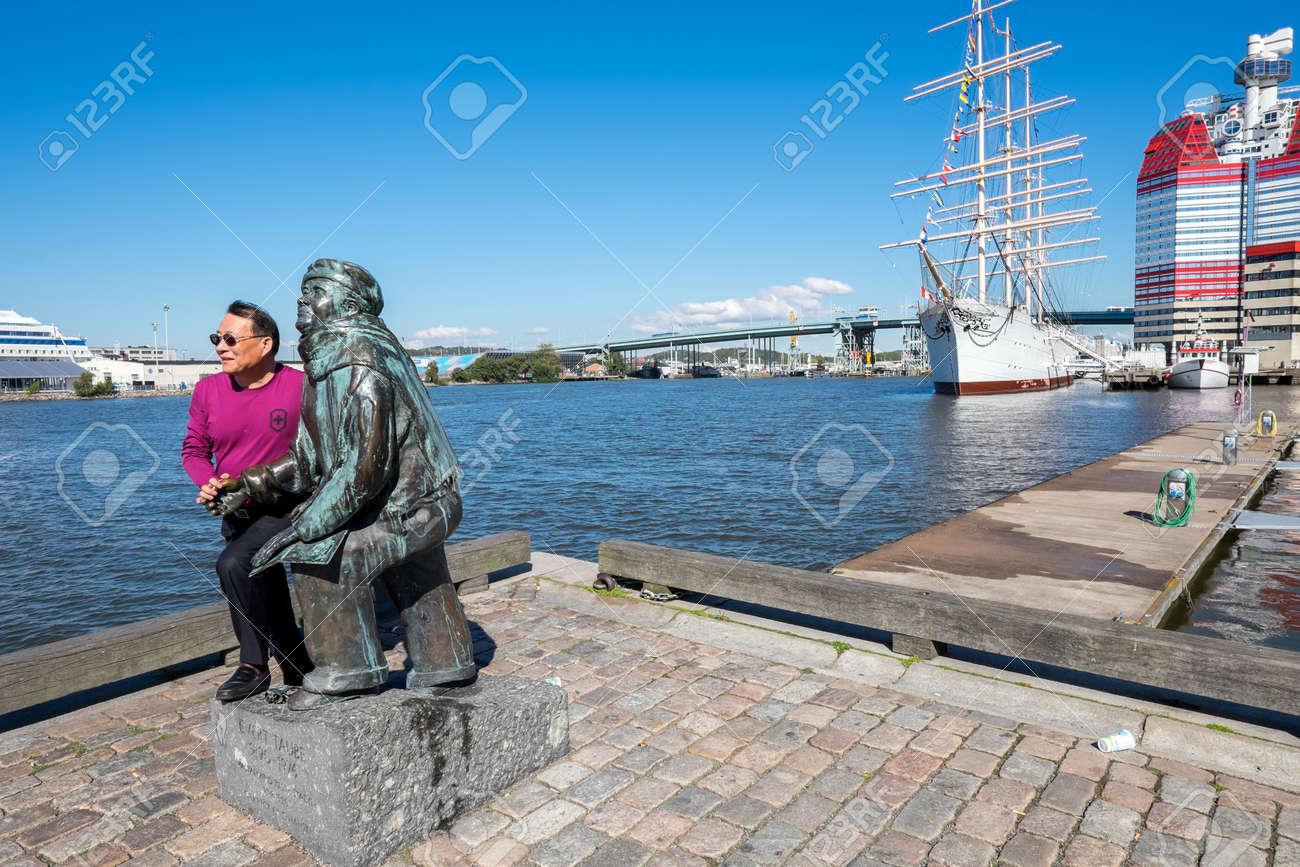 Göteborg Zweden 4 September 2014 Aziatische Toerist Stelt Zich Bij Het Beeld Van Dichter Evert Taube Göteborg Is De Tweede Grootste Stad In