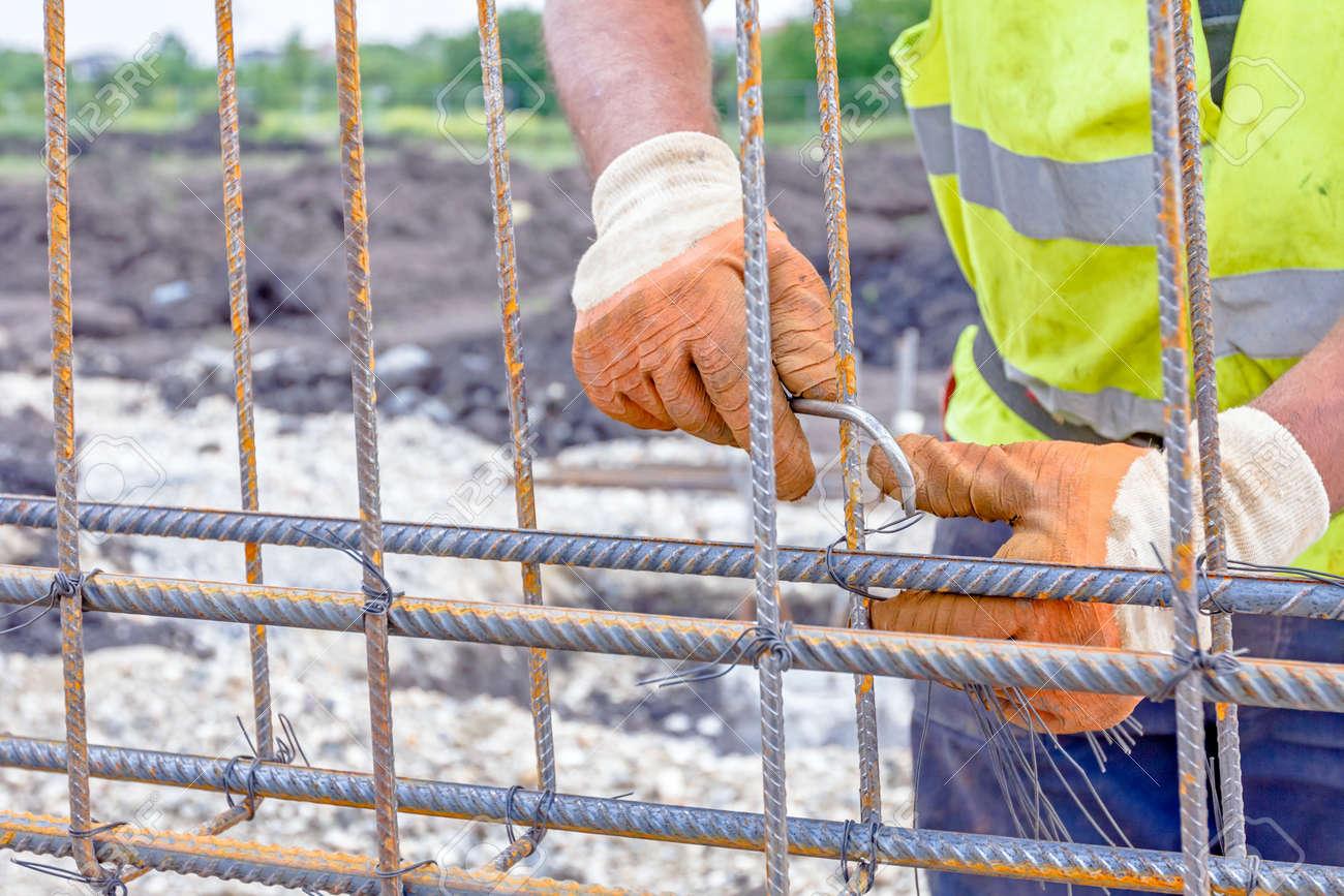 Worker Bindet Rebar Einen Neu Errichteten Fundament Rahmen Zu Machen ...