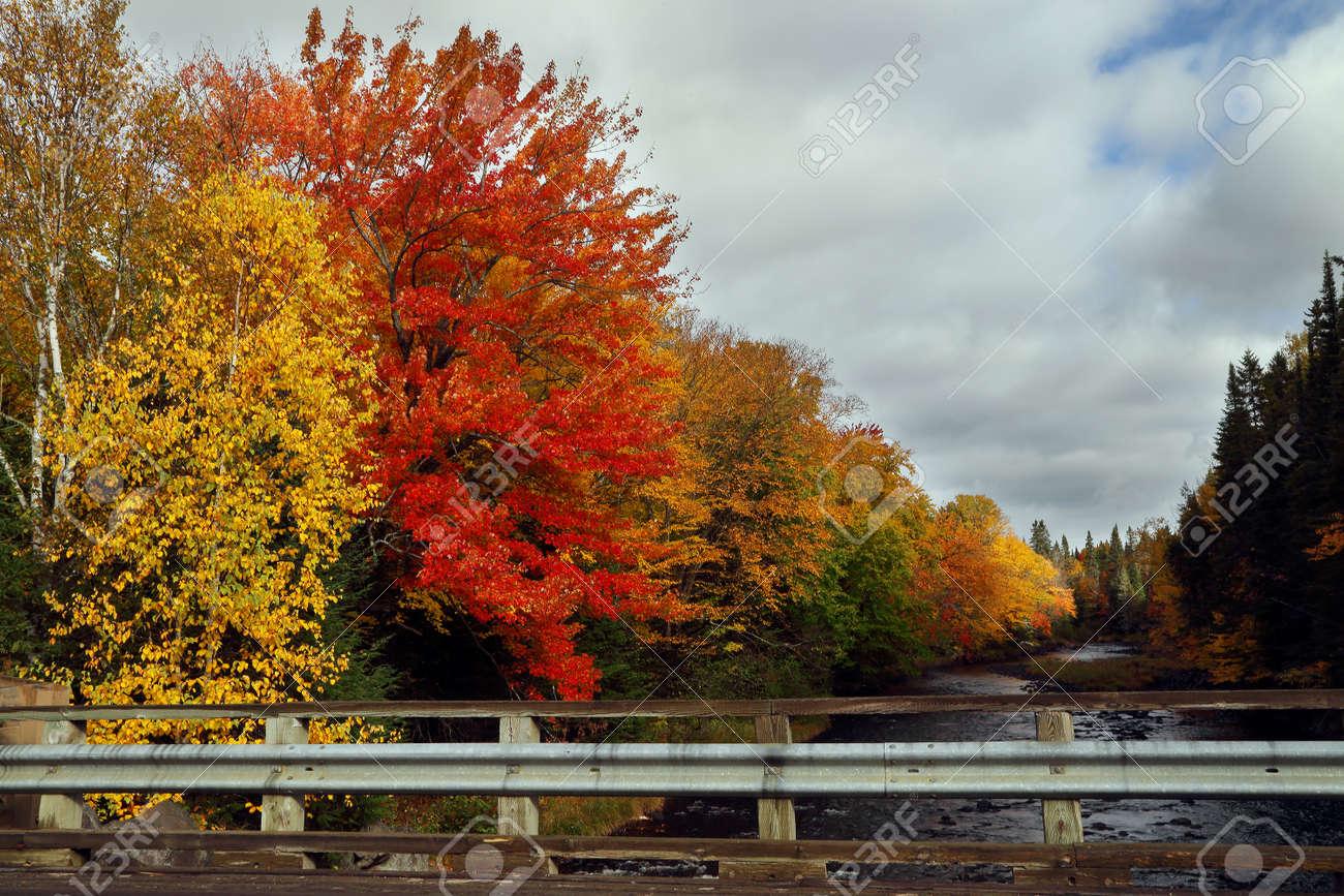 foto de Beau Matin D'automne Sur Une Rivière De Montagne. Ciel D'automne ...