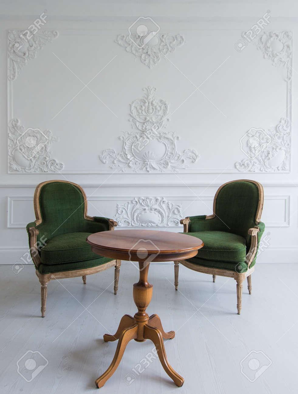 Style De Chaises Anciennes luxe intérieur intérieur blanc brillant avec des chaises anciennes  anciennes anciennes en bois sur des éléments roccoco en moulures en strac  en