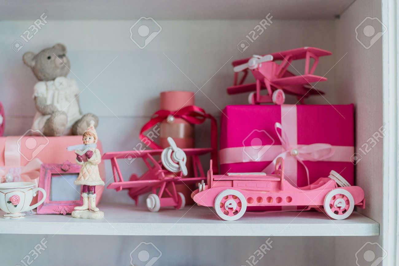Weihnachtsgeschenke Im Kasten Auf Einem Regal, Rosa Auto, Flugzeug ...