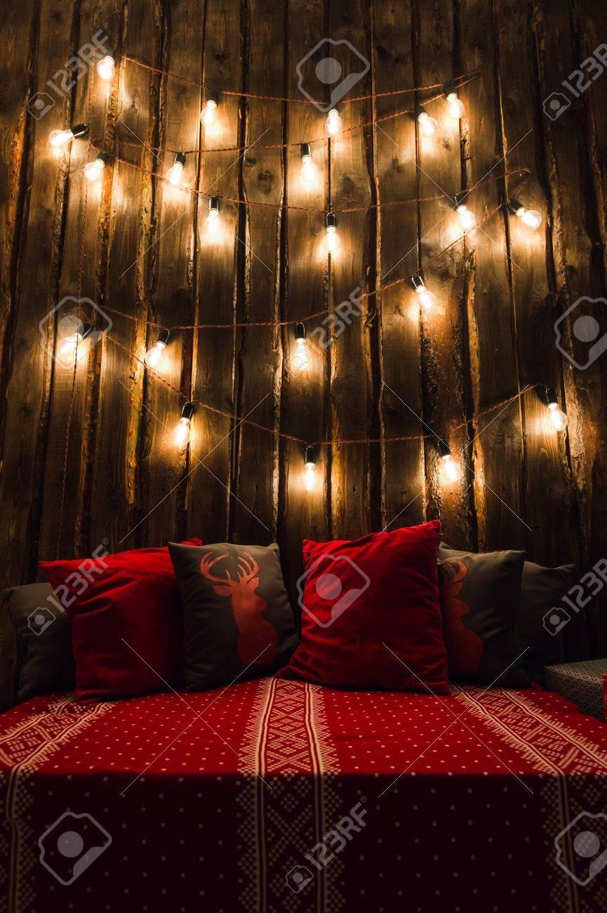 Holz Zimmer Im Rustikalen Haus Mit Holzwand Und Designer-Glühbirnen ...