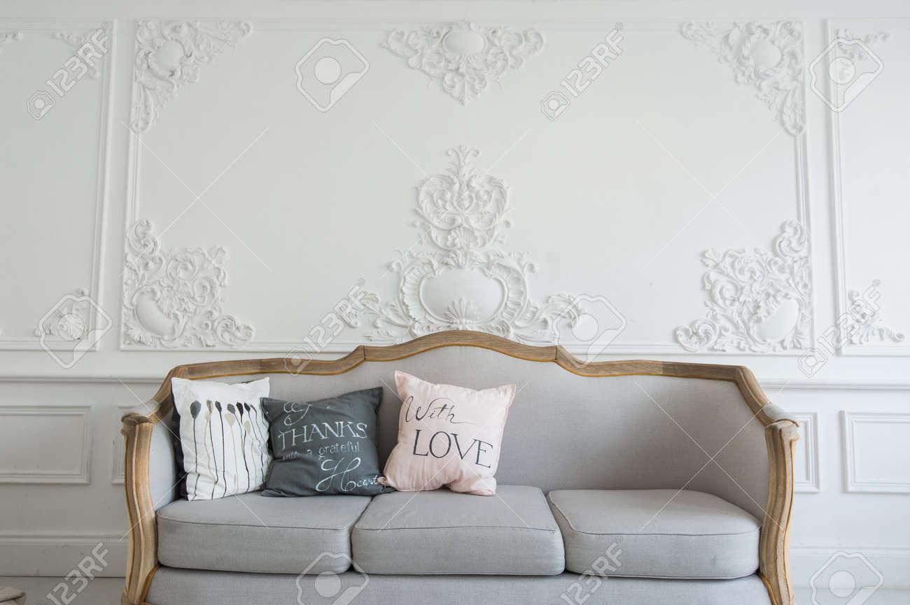 Schone Provence Wohnzimmer Mit Sofa Uber Luxuswand Verziert Mit