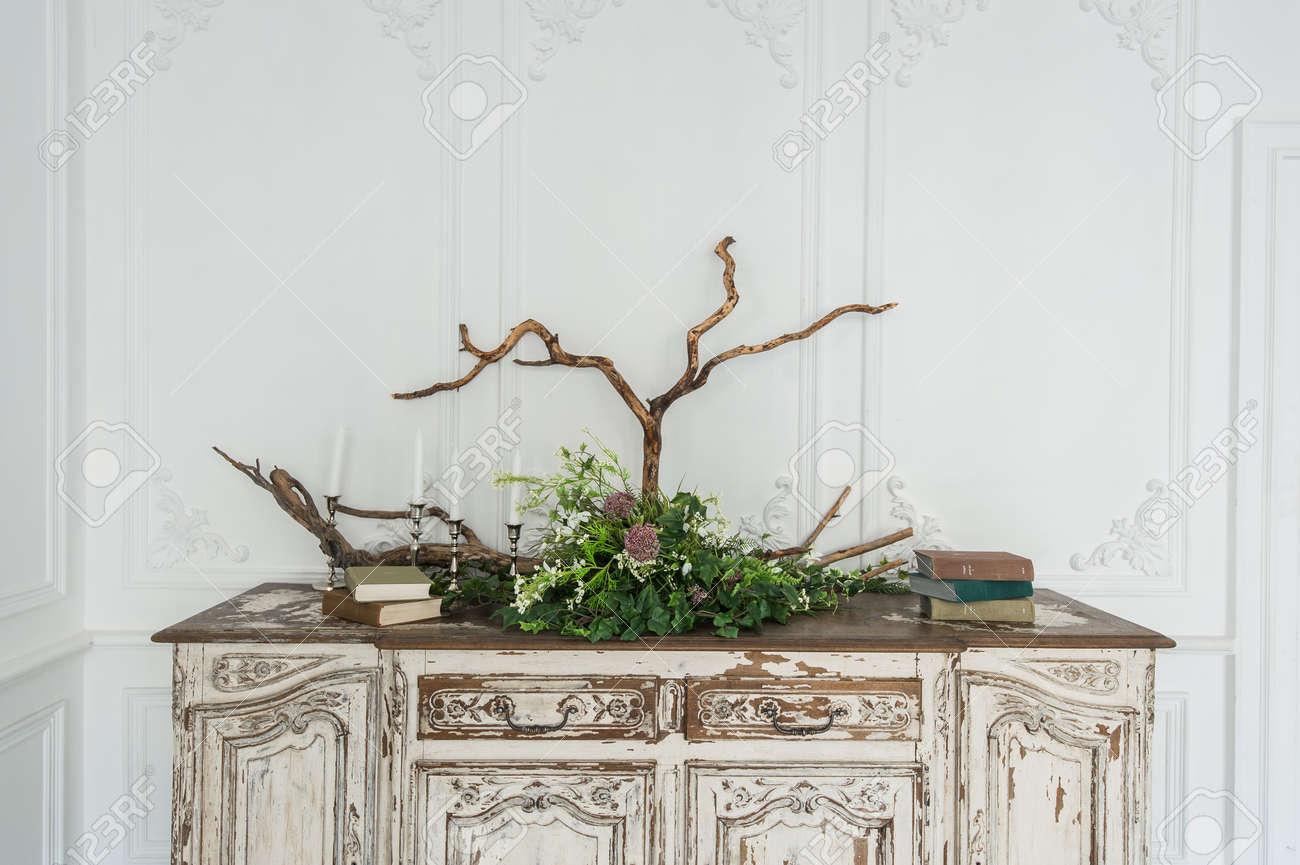 Weisse Antike Vintage Kommode Mit Pflanzen Und Handgemachter Wolle
