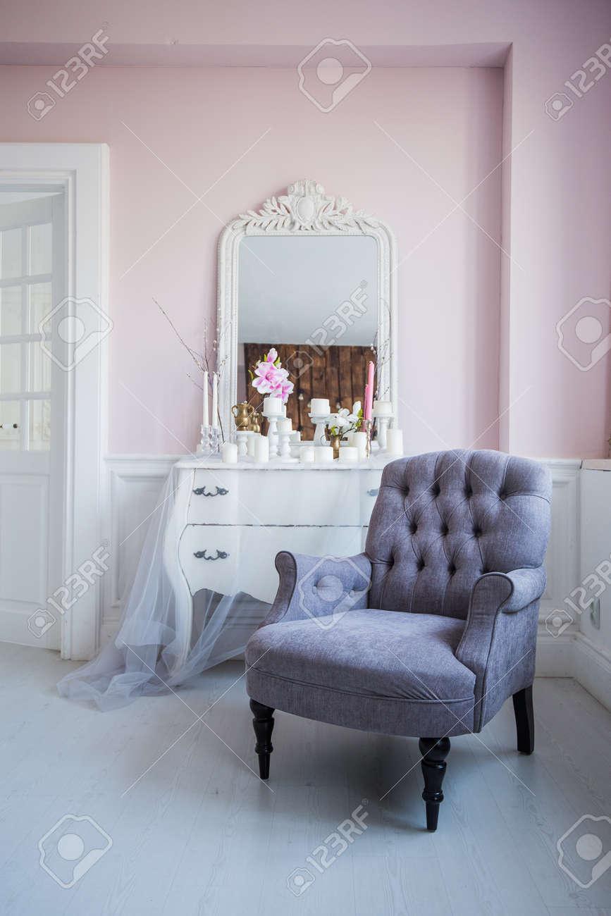 Miroir Salle De Sejour fauteuil classique et table miroir à l'intérieur de la salle de séjour