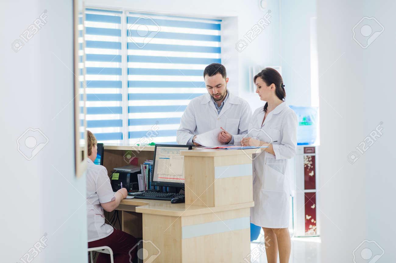 Besetzt Rezeption In Einem Krankenhaus Mit Ärzten Und Rezeptionisten ...