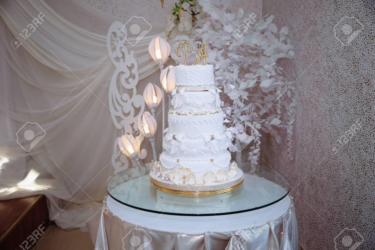 Archivio Fotografico , Dolci torta nuziale a più livelli decorate con fiori