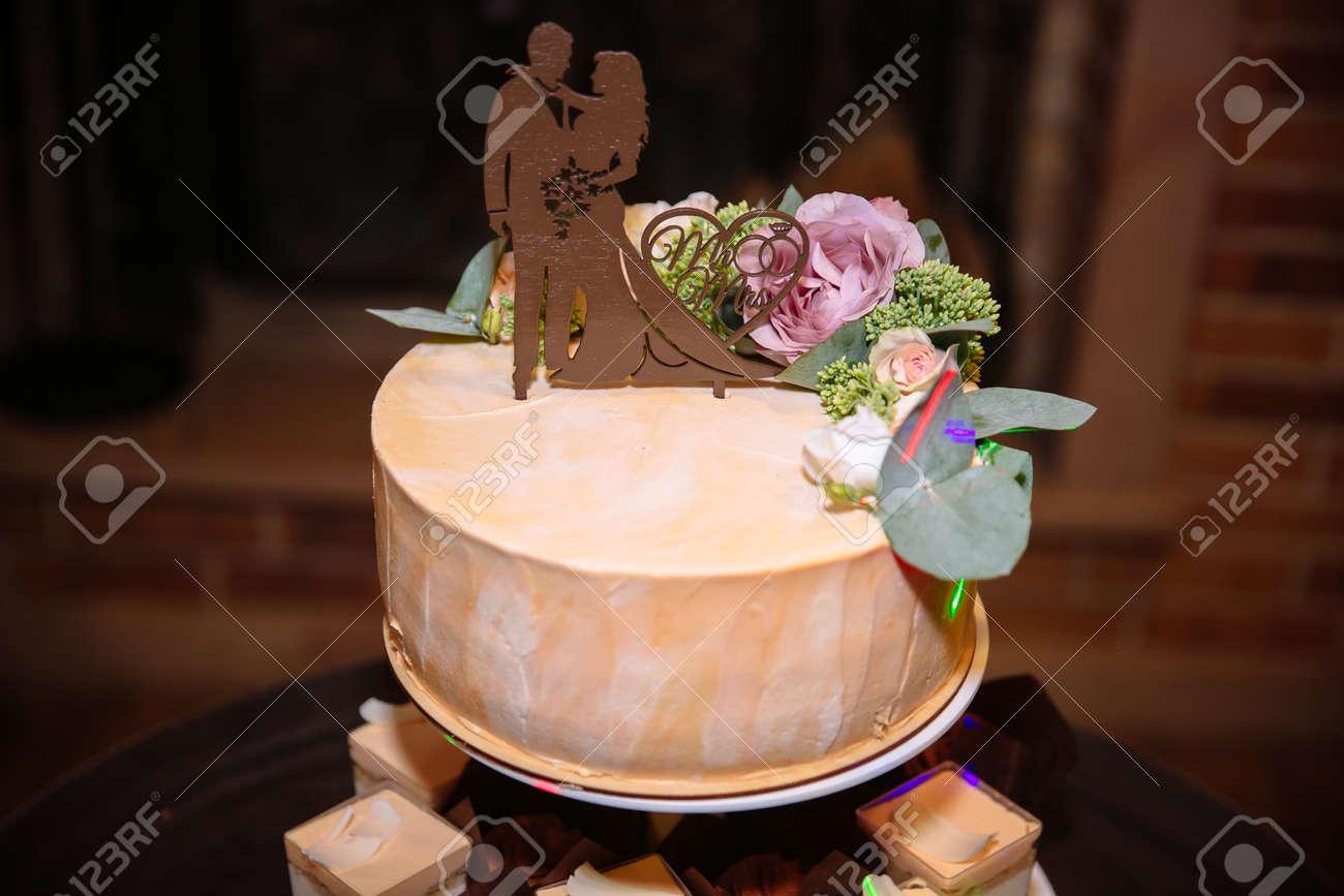 Grand Gateau De Mariage A Plusieurs Niveaux Decore De Fleurs Concept De Barre De Chocolat Sur La Fete