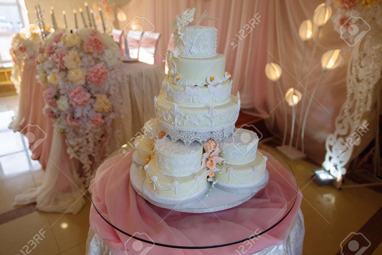 Grosse Susse Mehrstockige Hochzeitstorte Mit Blumen Verziert Konzept