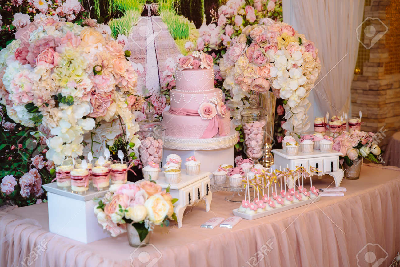 Enjoyable Candy Bar And Wedding Cake Table With Sweets Buffet With Cupcakes Download Free Architecture Designs Osuribritishbridgeorg