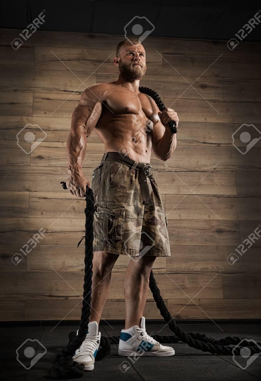 Atlética Muscular Del Gimnasio Culturista Modelo Posando Después De