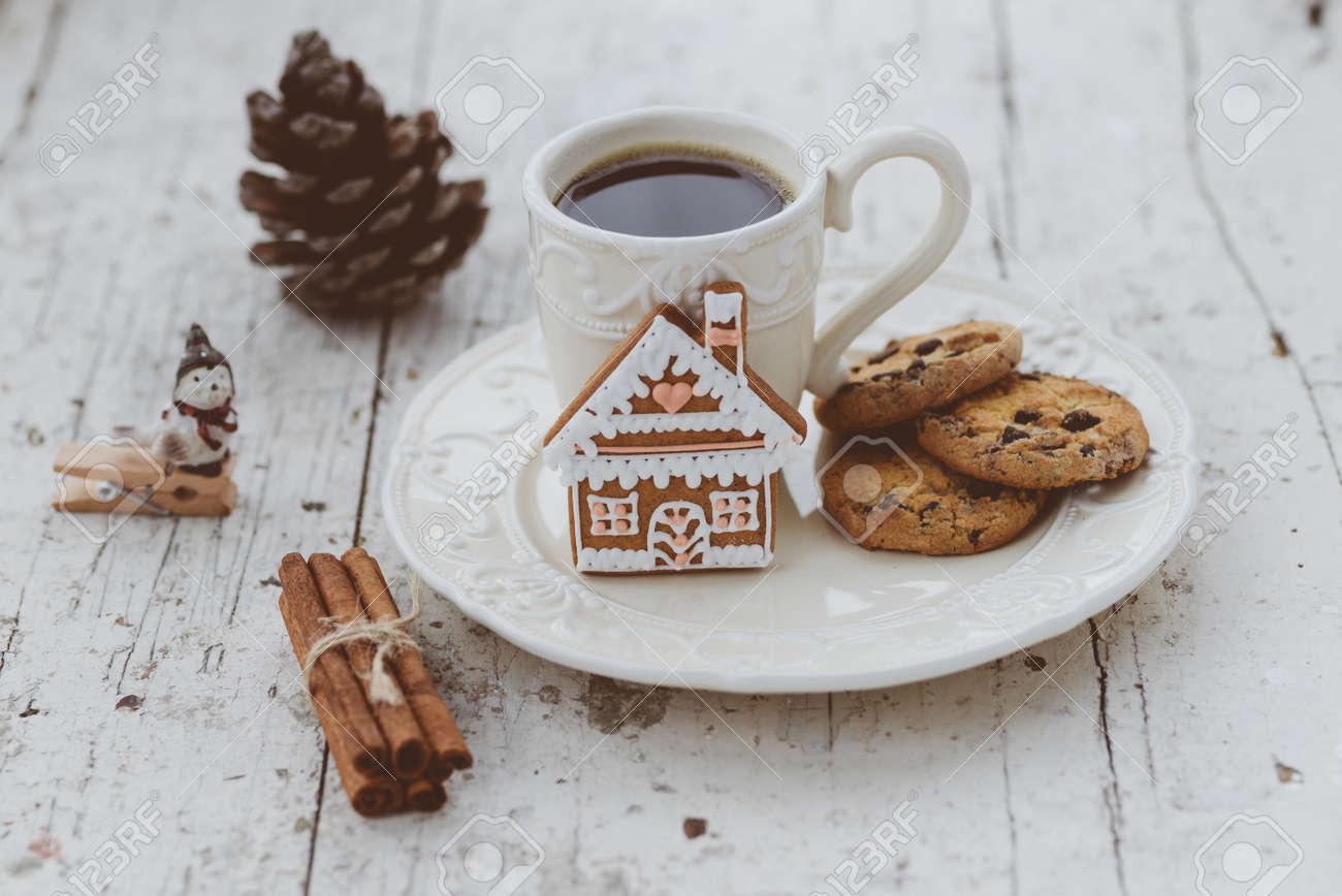 Shabby chic tazza di caffè in stile e piatto con la casa di ...