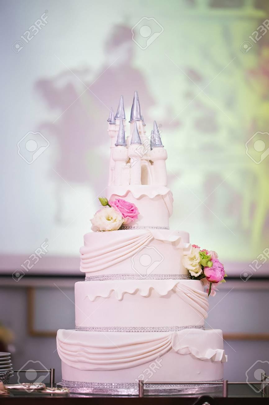 Hochzeitstorte Mit Blumen Und Sussen Schloss Geschmuckt