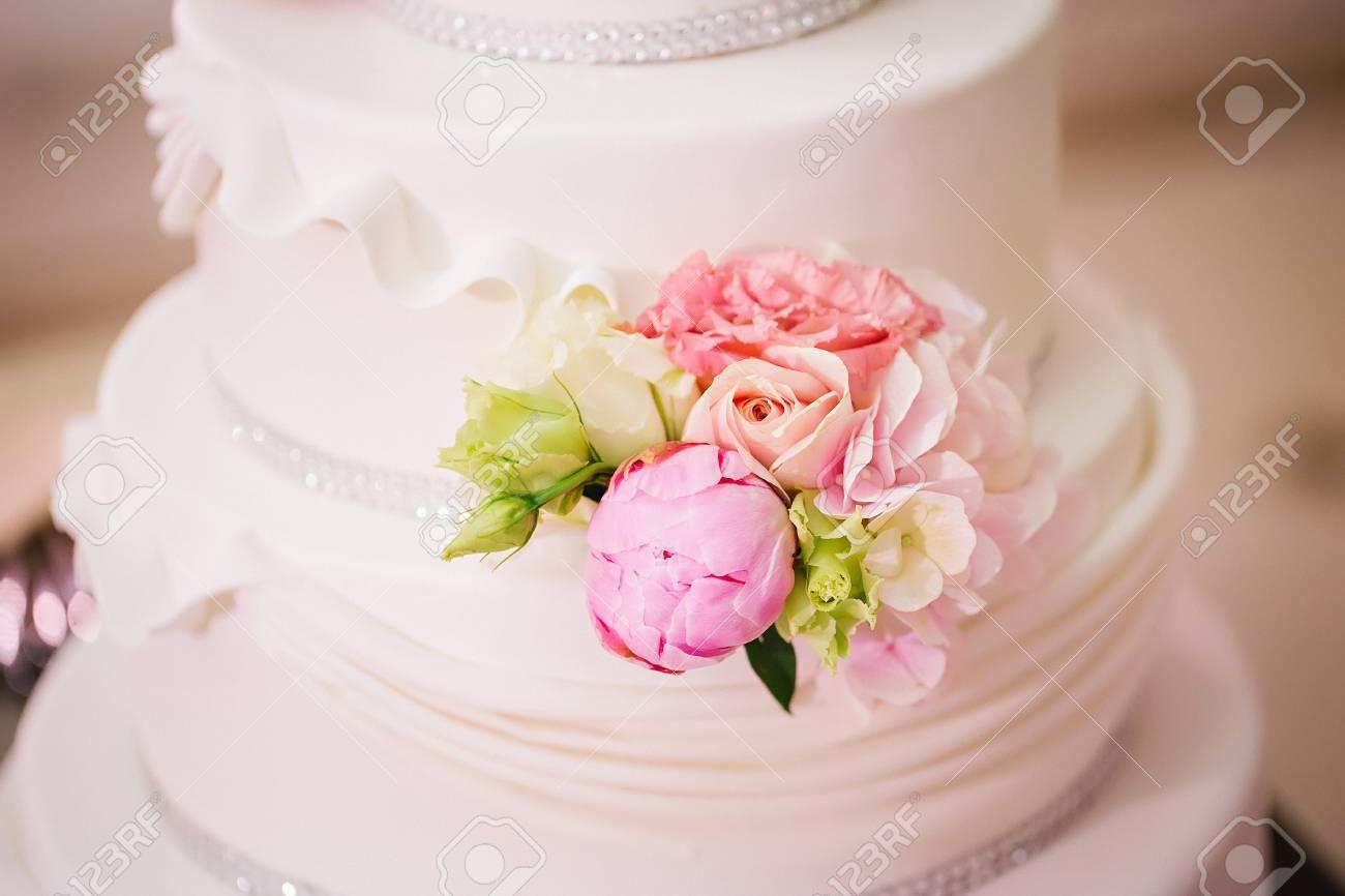 Mehrstockige Hochzeitstorte Mit Rosen Und Pfingstrosen Lizenzfreie
