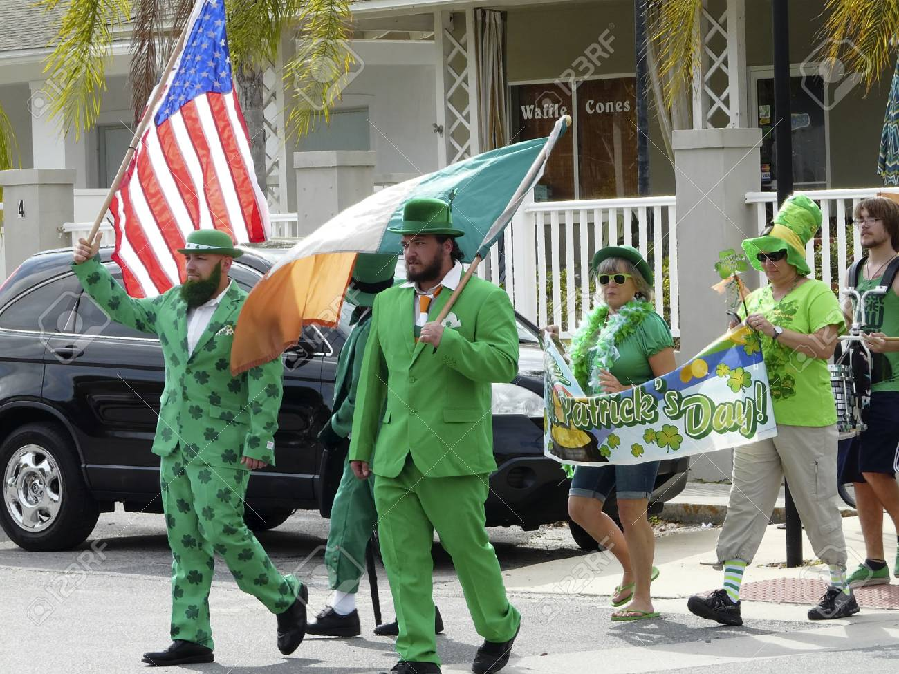 Los Manifestantes Vestidos De Verde Y Tréboles Llevan Banderas Y Una Bandera En Un Desfile Para Celebrar El Día De San Patricio En Crystal River