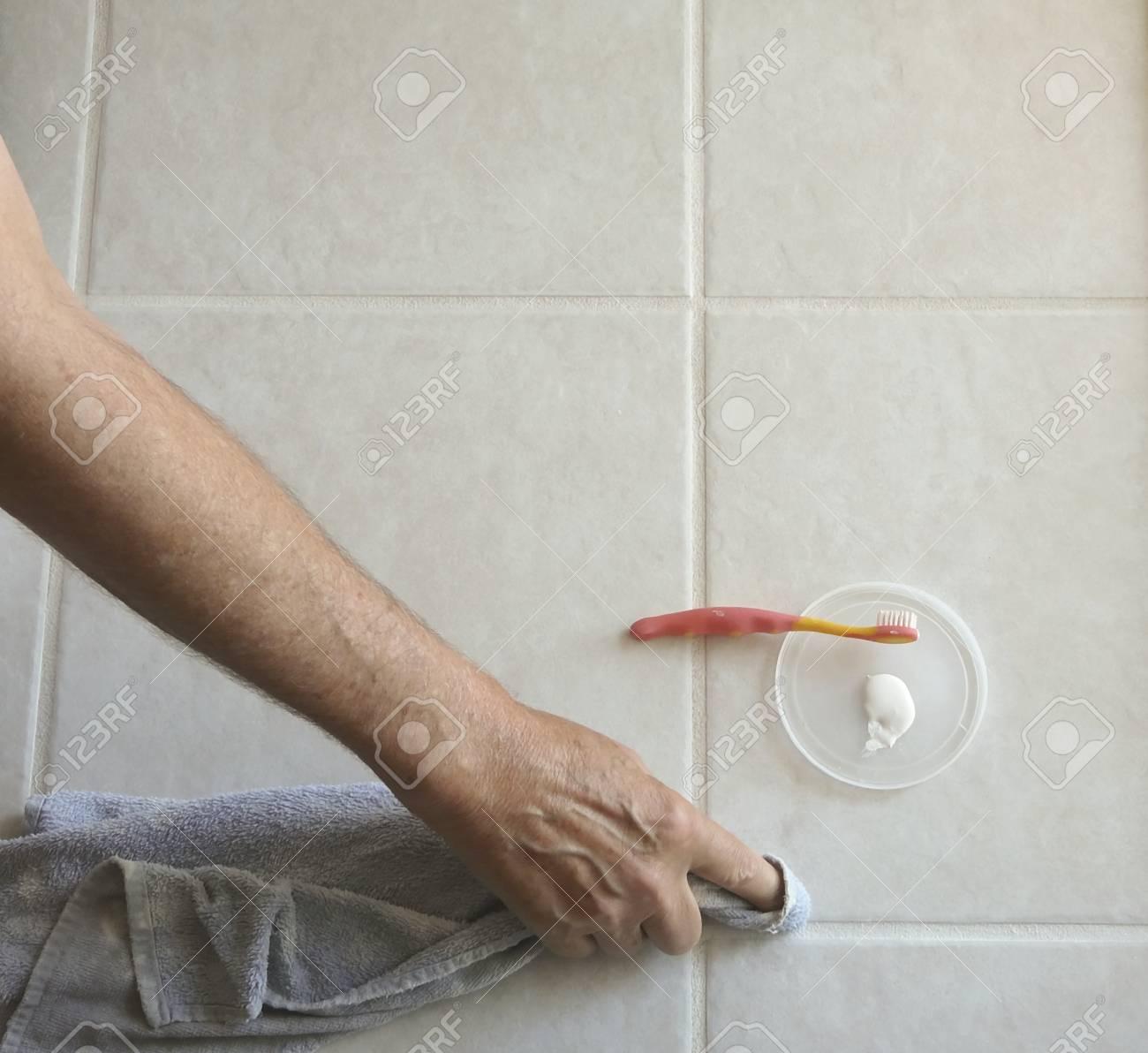 Männliche Hausbesitzer Verwendet Pinsel Und Fugenfarbe ...