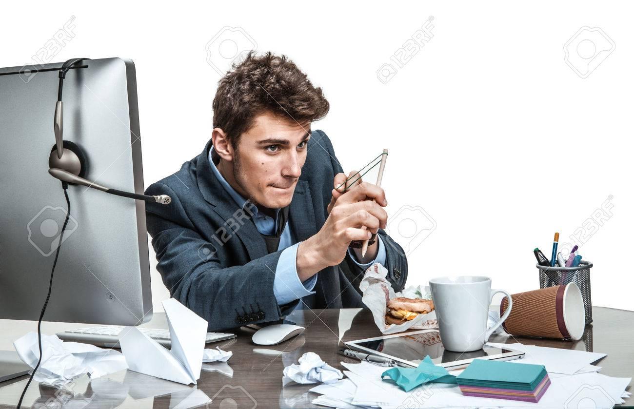Homme concentré avec une fronde vise lhomme moderne de bureau au