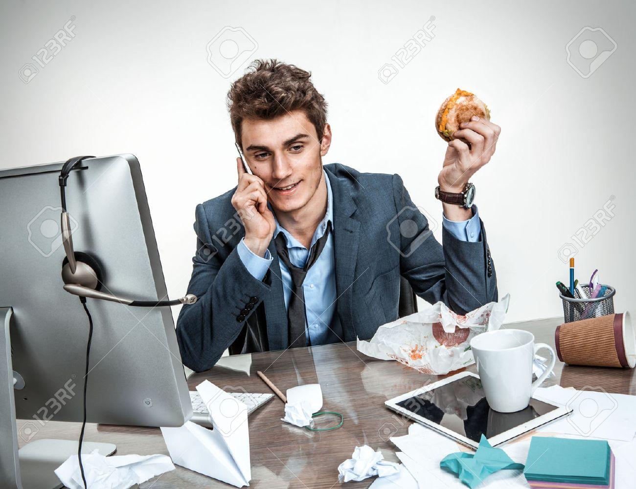 Moderne Buro Mann Ruft Bei Seinem Fruhstuck Am Arbeitsplatz