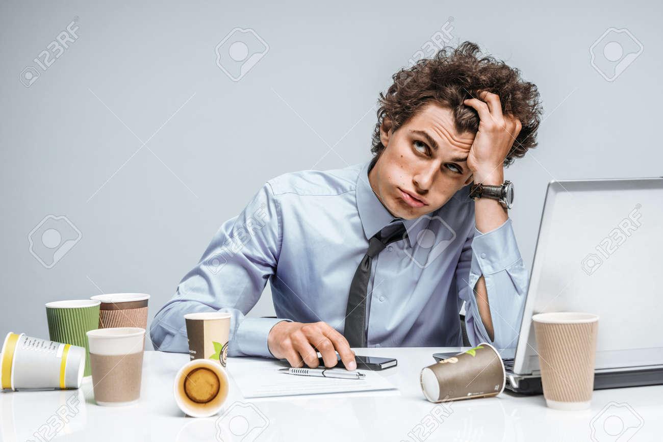 Distressed Junge Manager Mann Halt Ihren Kopf Mit Der Hand Moderne