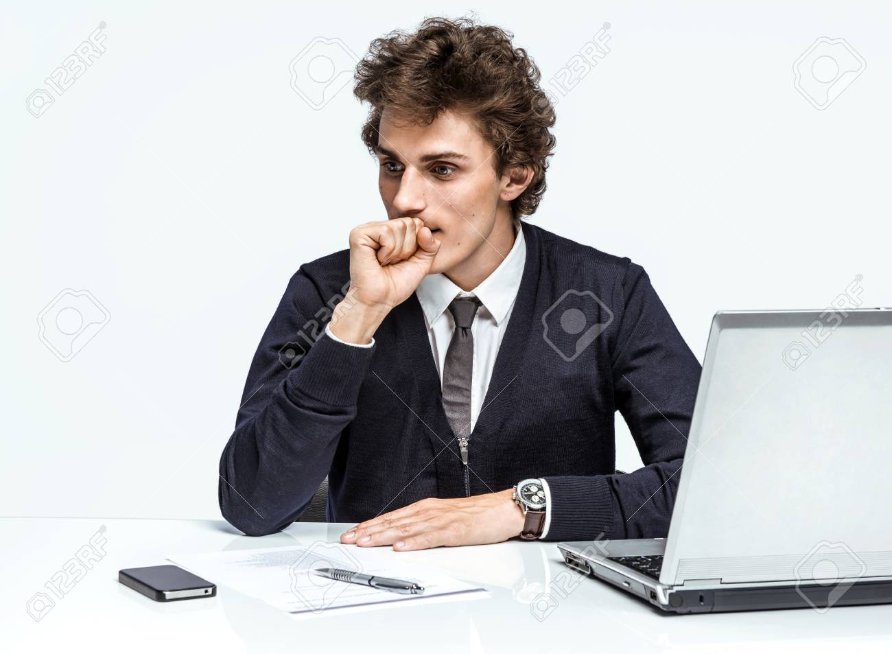 Homme affaires occasionnel travaillant sur nouveau projet bureau