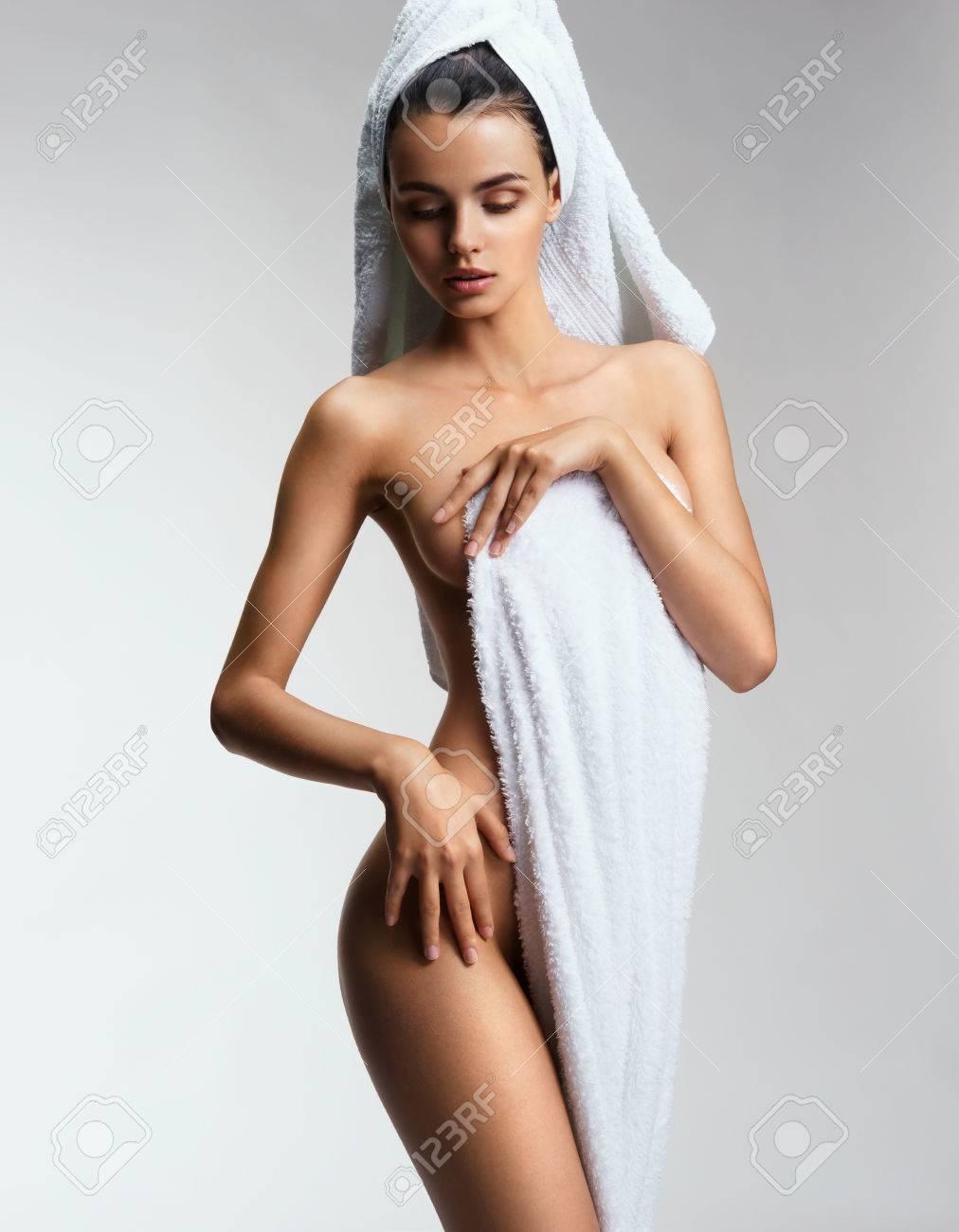 Mädchen zeigt ihren Körper
