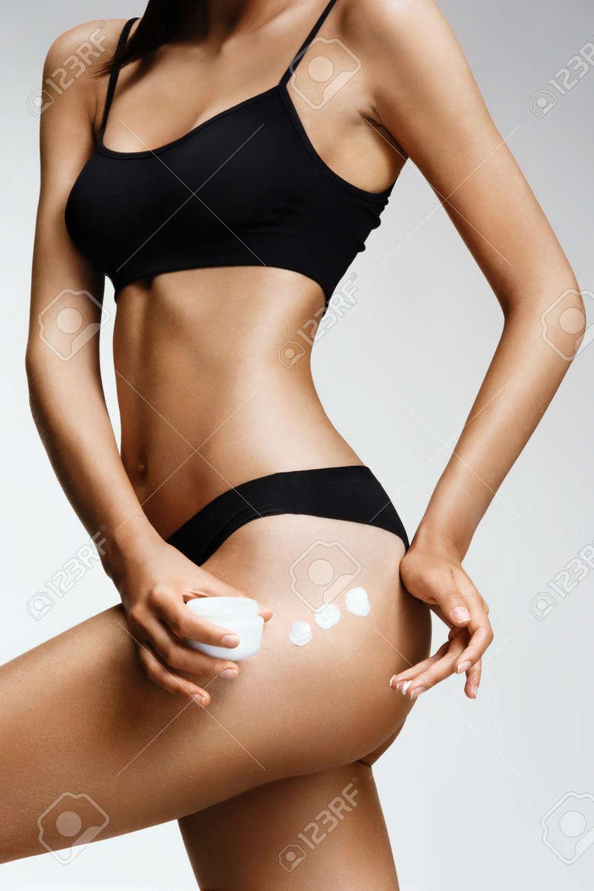 Aplicación De La Crema Hidratante. Mujer Delgada En Ropa Interior ...