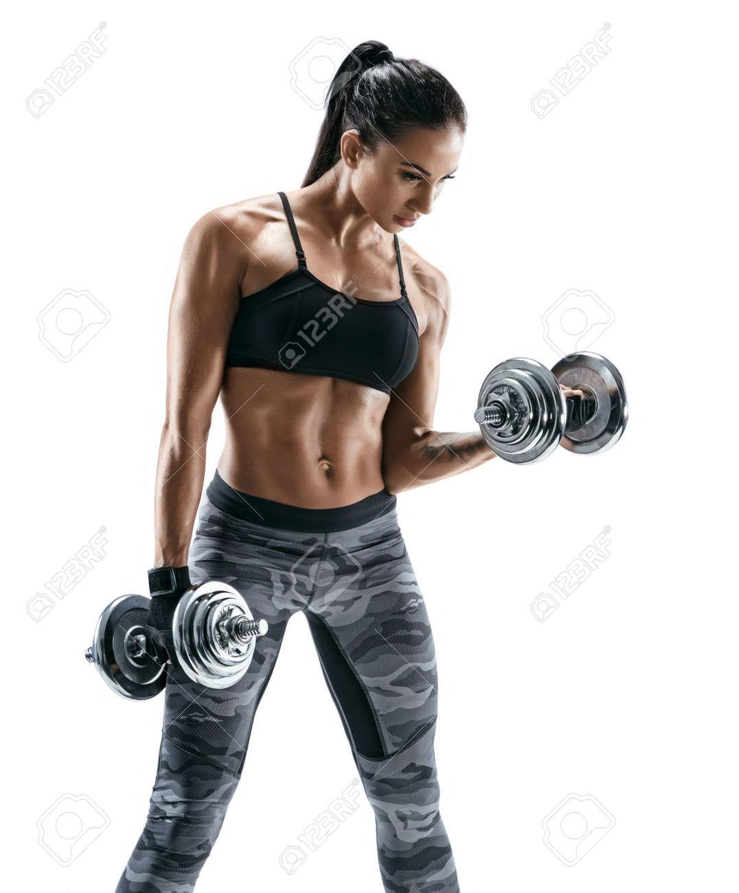 mujer muscular que hace ejercicios con pesas en el bíceps foto de