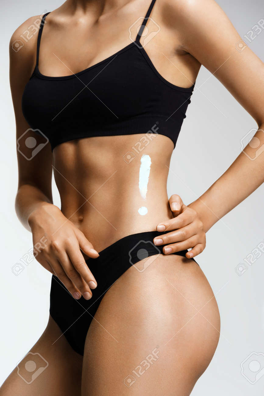 Aplicación De La Crema Anti-celulitis. Mujer Delgada En Ropa ...