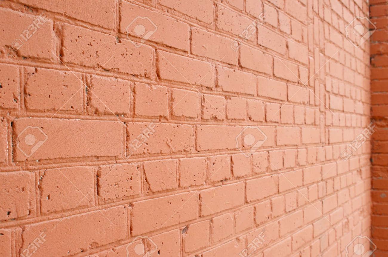Peindre Un Mur De Brique vue d'angle d'un mur de briques avec une couche de peinture rouge avec  floue plan à long terme pour l'utiliser comme un arrière-plan.